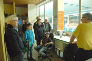 """Kein ruhiger Posten: Schwimmmeister Frank Happel (rechts) erklärt den Besuchern der Technik-Tour seinen Arbeitsplatz im Freizeitbad """"Panoramablick""""."""